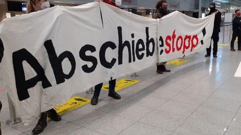 Protest gegen Abschiebungen nach Afghanistan am Flughafen Düsseldorf